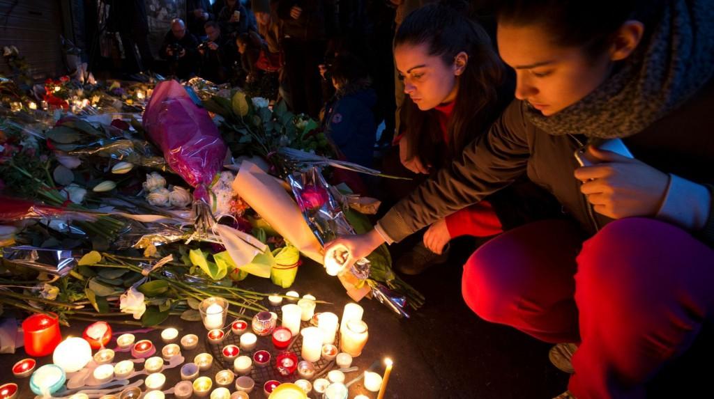 des-personnes-deposent-des-bougies-en-hommage-aux-victimes-des-attentats-rue-de-charonne-a-paris-le-14-novembre-2015_5463486